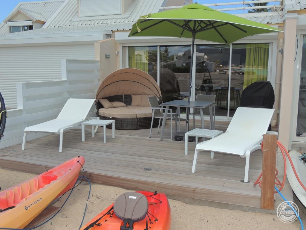 Terrasse de devant les pieds dans le sable à moins de 5 mètres de l'eau.